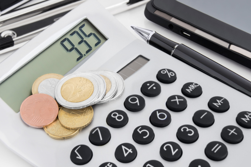 Taschenrechner mit Angabe 9,35 Euro und Kleingeld.