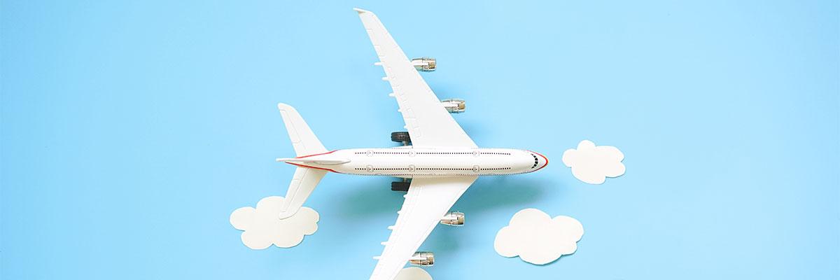 Flugzeug auf blauem Himmel